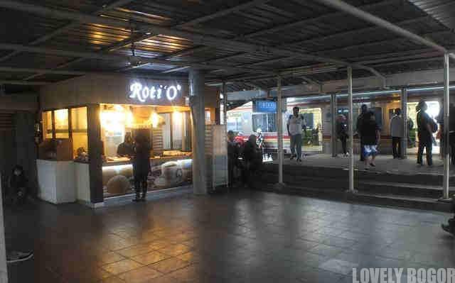 Gerai Roti O di stasiun Cilebut