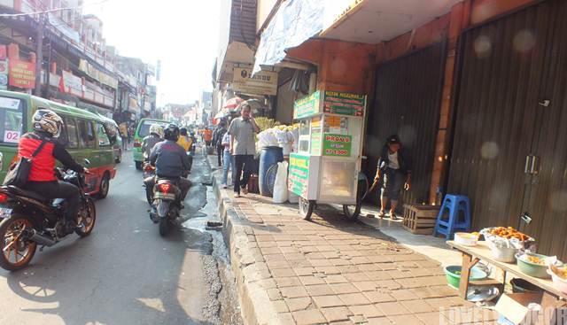 Pedagang di atas Jalan Suryakencana Bogor