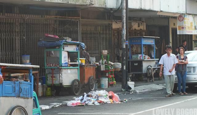 PEdagang di atas trotoar Jalan Suryakencana Bogor
