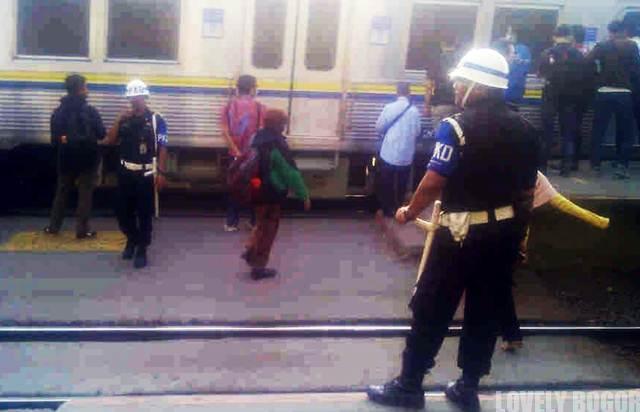 Petugas Keamanan Dalam Commuter Line