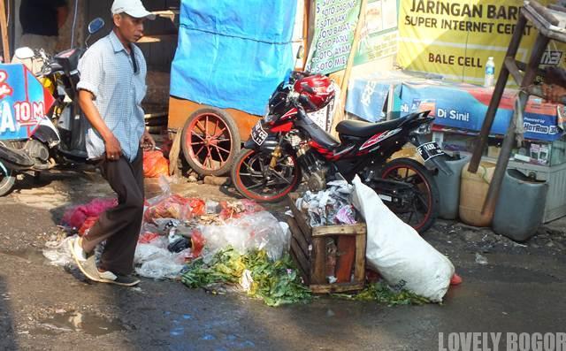 Tumpukan Sampah Di Jalan Suryakencana Bogor