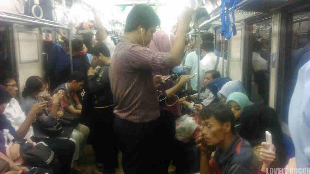 penumpang commuter line 8