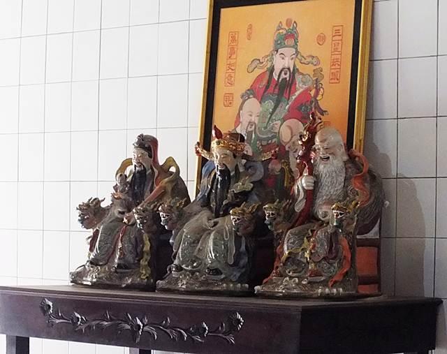 Arca Tiga Dewa Di Vihara Bio Dewa Rejeki