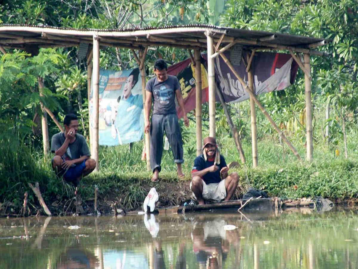 Pemancing Di Danau Bogor