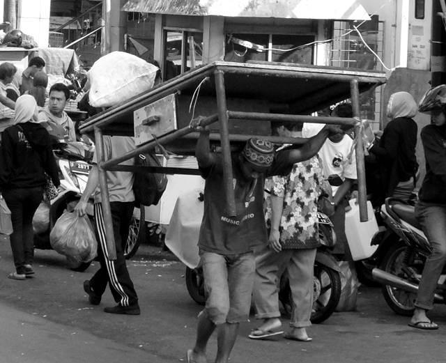 Pengangkut Meja Di Pasar Bogor