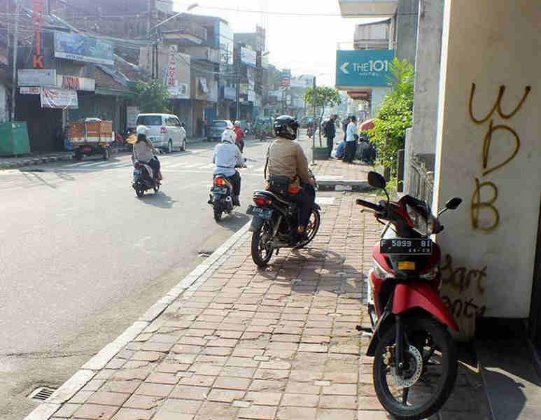 Pengendara Moto di JalanSuryakencana Bogor