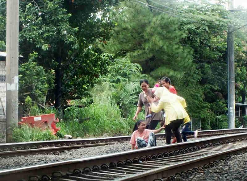 HAti-hati menyeberang rel kereta