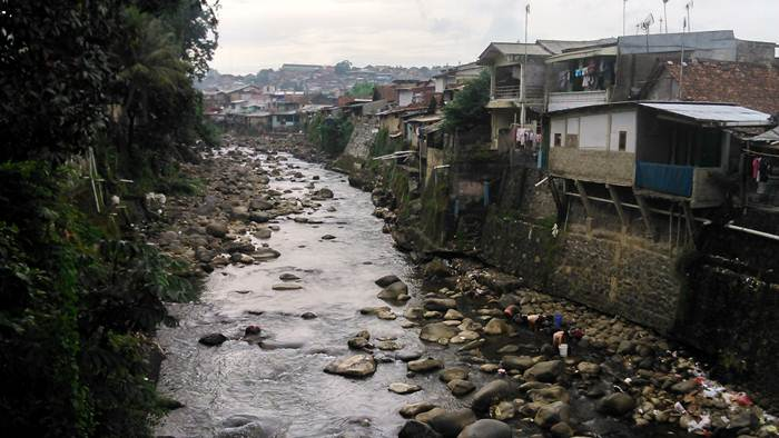 Pemukiman Padat Penduduk di Pinggir Kali