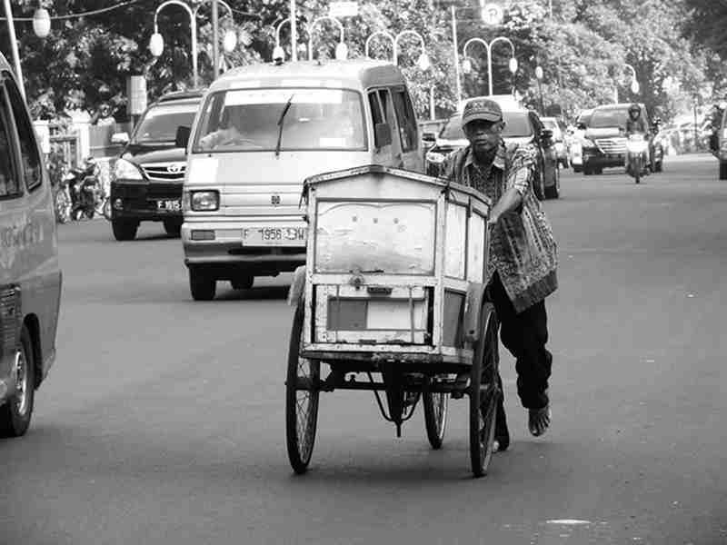 Mendorong Gerobak Roti Di Jalan Juanda