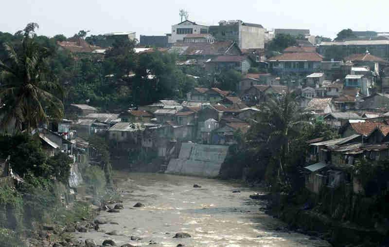 Pemukiman Padat Penduduk Di Kali Cisadane Bogor