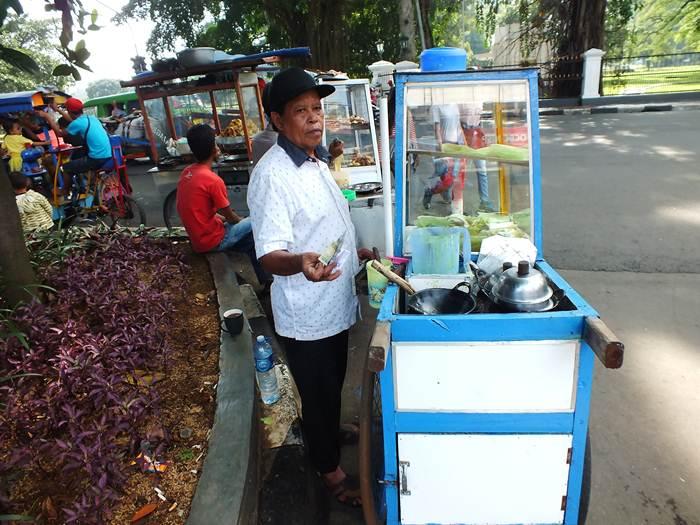 Pedagang Kue A[e di Jalan Juanda Bogor