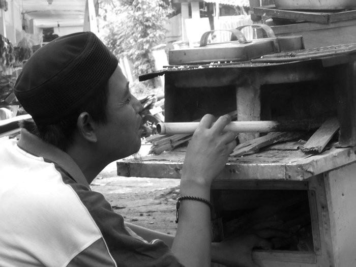 Penjual Kayu Rangi Berbahan bakar kayu bakar