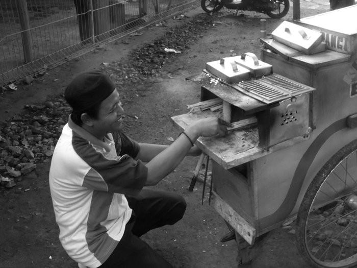 Penjual Sagu Rangi Dan Tungku Kayu Bakarnya