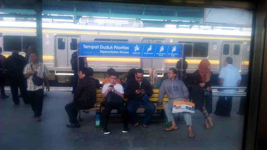 Tempat Duduk Prioritas Di Stasiun Commuter Line