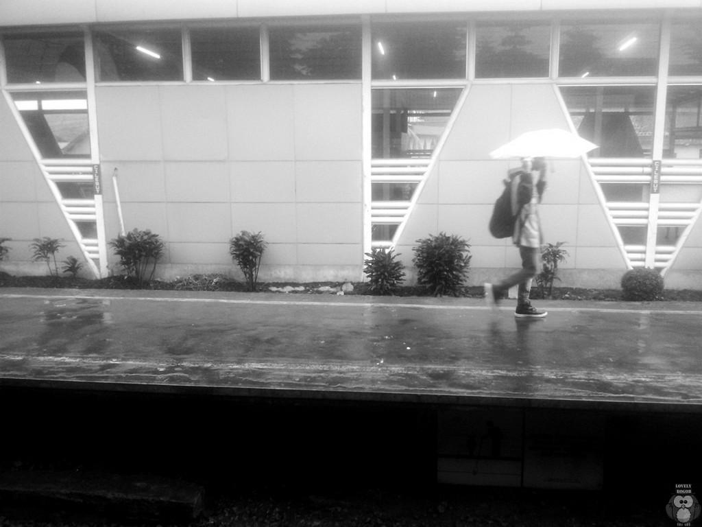 BErlari di bawah hujan