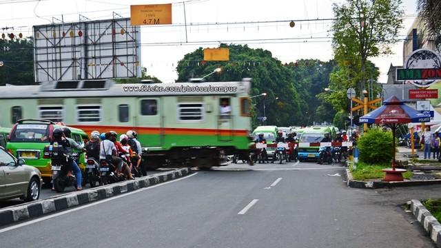 Perlintasan Kereta Di Jalan Kapten Muslihat