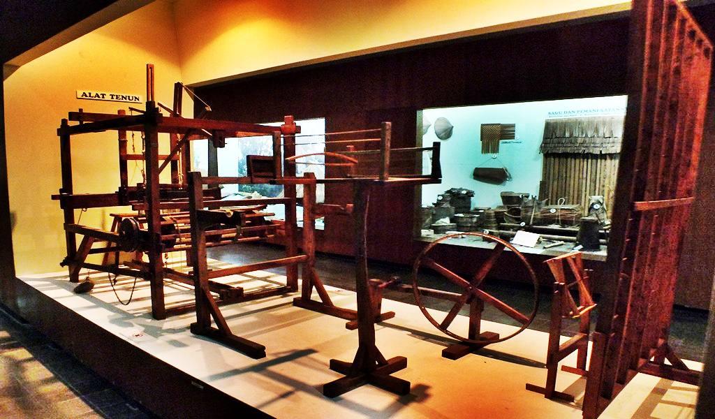 Traditional weaving machine