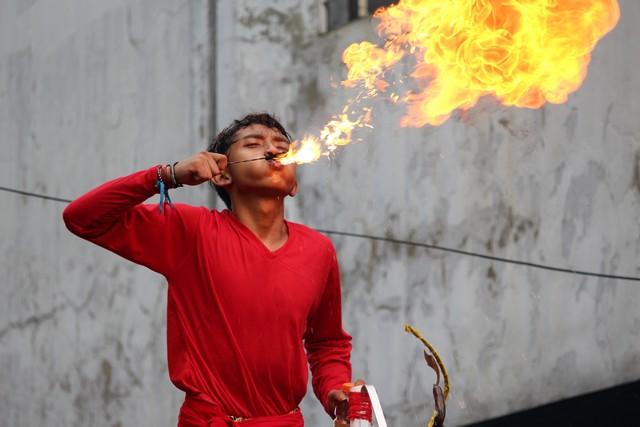 atraksi penyembur api di cgm bogor street fest