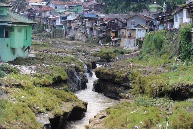 inconvenient scenery of Ciliwung riverside settlement 02 (3)