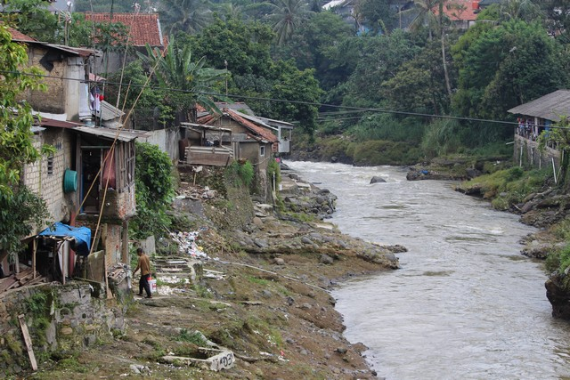 inconvenient view of Ciliwung riverside settlement a2