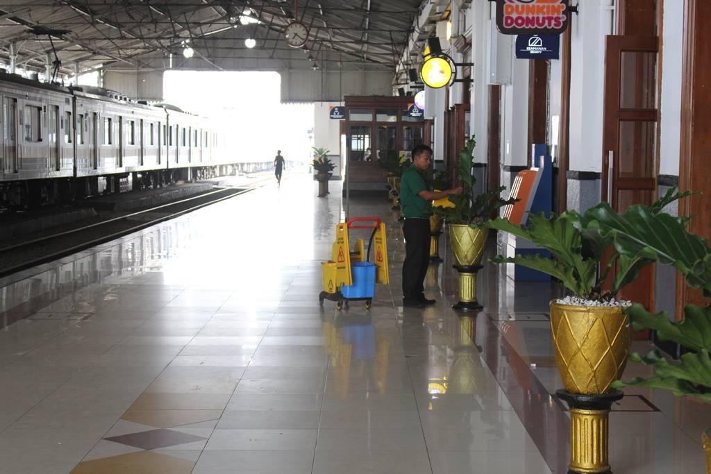 Membersihkan Daun Tanaman Hias di Stasiun Bogor 4