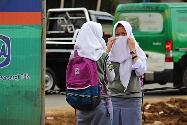 Pelajar di tengah kemacetan soleh iskandar