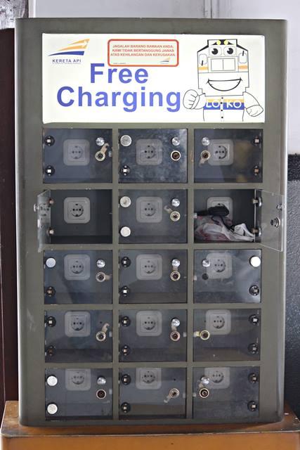 charger handphone atau smartphone gratis di stasiun bogor