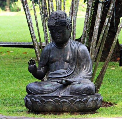 patung budha di atas teratai di pekarangan belakang Istana Bogor