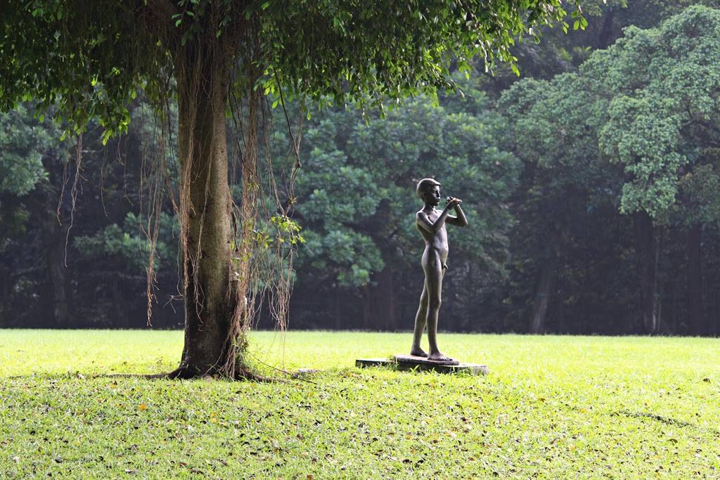 patung peniup seruling di halaman belakang Istana Bogor