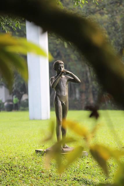 patung peniup suling di halaman belakang Istana Bogor 4