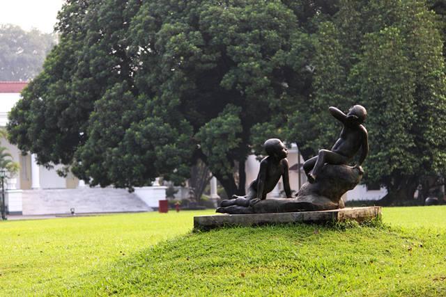 Patung dua anak bermain 3