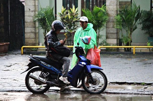 a disposable raincoat seller in Bogor 01