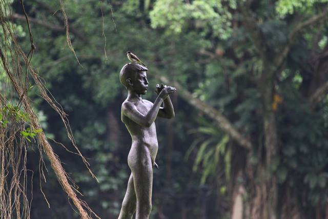 a piper statue in Bogor Palace Backyard 4
