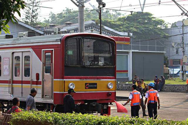 juru parkir kereta di stasiun Bogor