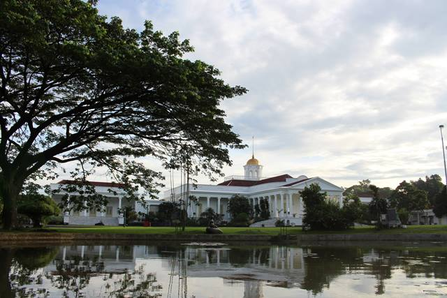 the view of bogor palace backyard from Bogor Botanical Garden