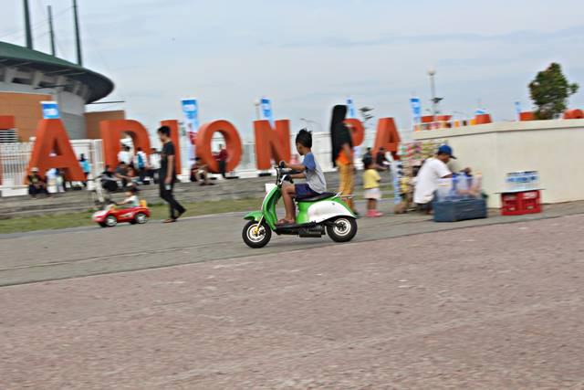bermain sepeda listrik di stadion pakansari