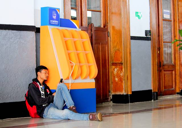 Free Smartphone Charging Booth in Commuter Train Stations a