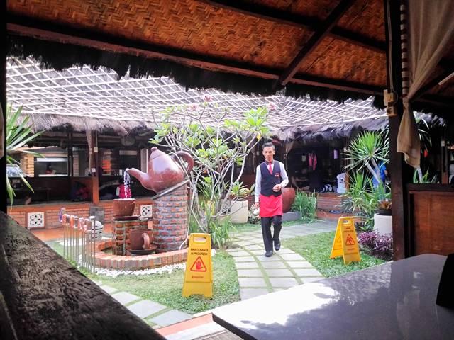 Pelayan di RM Bumi Aki Bogor