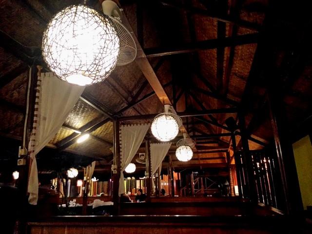 Jajaran lampu penerangan di saung-saung di rumah makan bumi aki bogor