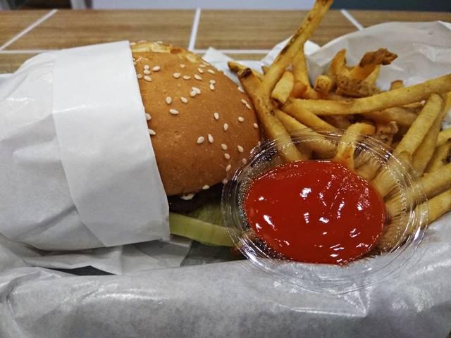 burger carl Jr bogor yang besar dan kentangnya yang renyah