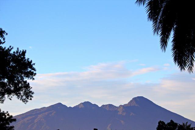 Pemandangan Gunung Salak dilihat dari tengah kota Bogor
