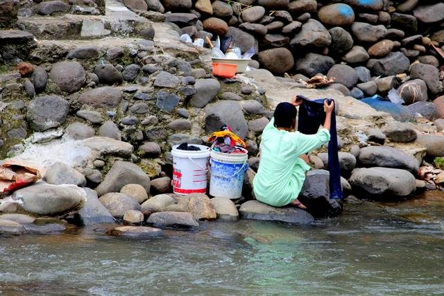 warga mencuci di kali Ciliwung