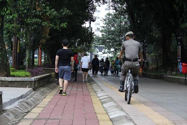 Patroli Satpol PP (Pamong Praja) Bersepeda di Trotoar Seputar KRB dan Istana Bogor
