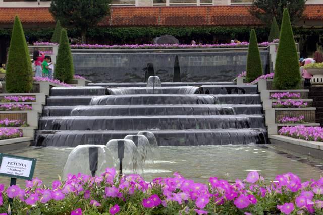 fasilitas penunjang dan tempat makan di taman bunga nusantara A