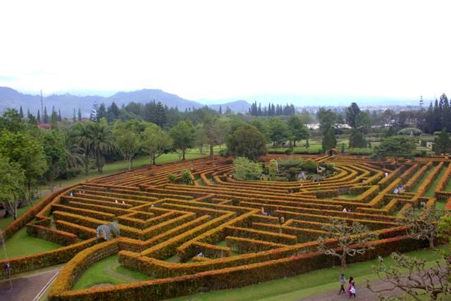 taman labirin - labirynth di taman bunga nusantara E