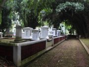 Kompleks Makam Belanda Kuno Tidak Keueung Lagi Sudah Terang Benderang