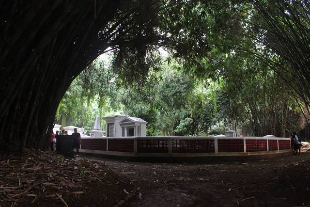 Kompleks Makam Belanda Kuno Tidak Keueung Lagi Sudah Terang Benderang 2