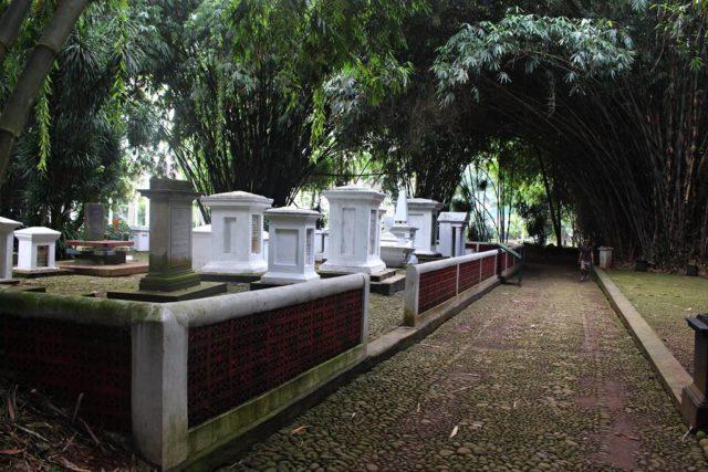 Kompleks Makam Belanda Kuno Tidak Keueung Lagi Sudah Terang Benderang