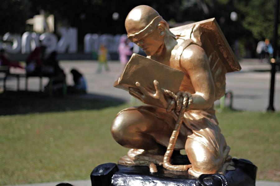 Patung Emas Ide Bimbim Slank Ternyata Bagus Difoto Taman Kencana