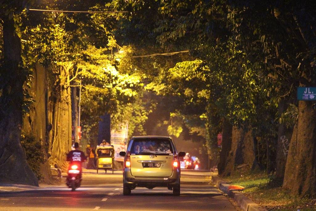 Foto Pemandangan Jalan Pemuda Yang Menyejukkan Di Pagi Hari